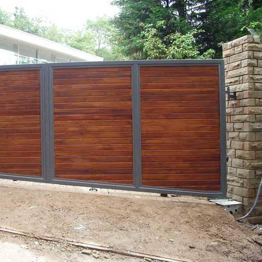 Metalen poort met hout